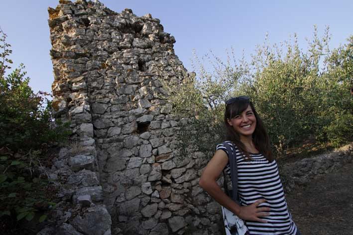 Jelena Jovanović tokom terena na Visu (u pozadini - ostaci antičke vile). Autor: Sebastian Govorčin.