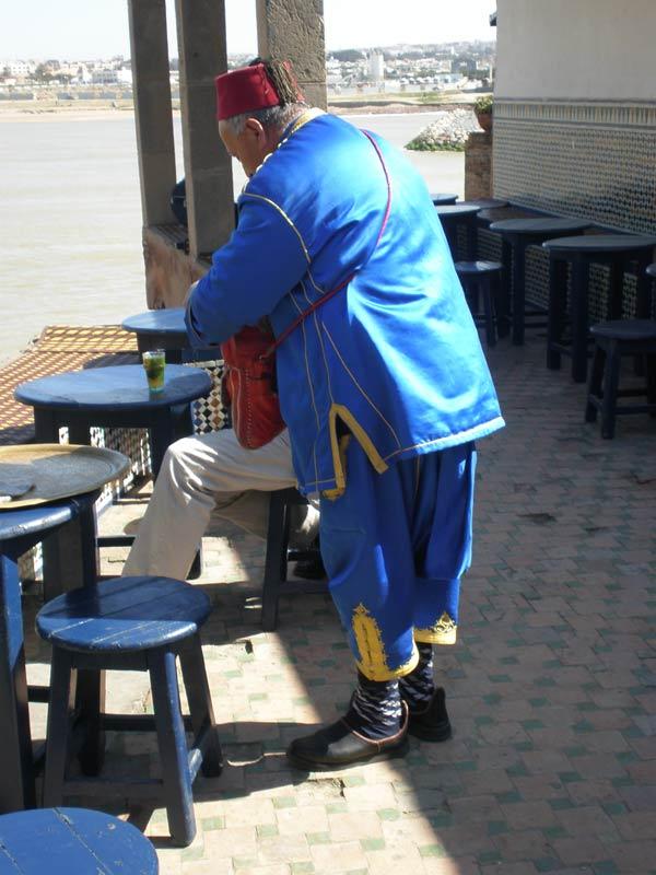 Maroko, Rabat - Konobar u tradicionalnoj marokanskoj odjeći.