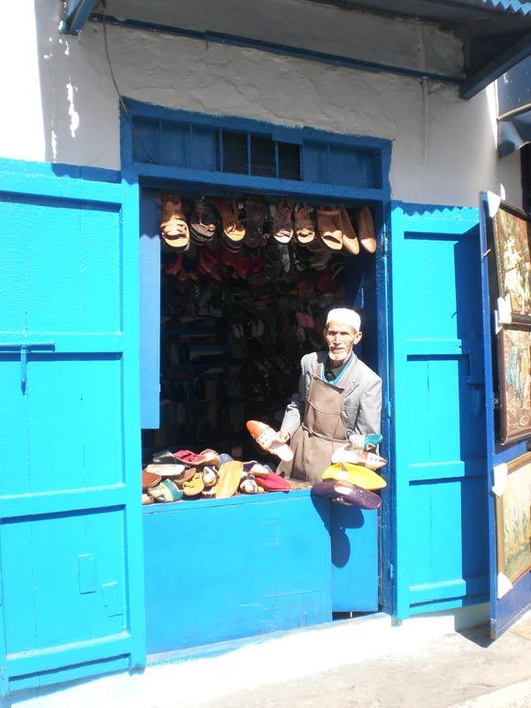 Maroko, Rabat - Lokalni zanatlija, prodavač kožne obuće u Oudaia Kasbah.