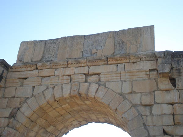 Maroko, Volubilis - Natpis na trijumfalnom luku.