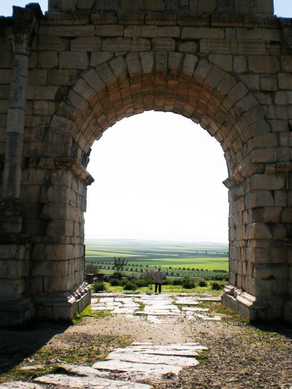 Maroko, Volubilis - Pogled kroz trijumfalni luk.