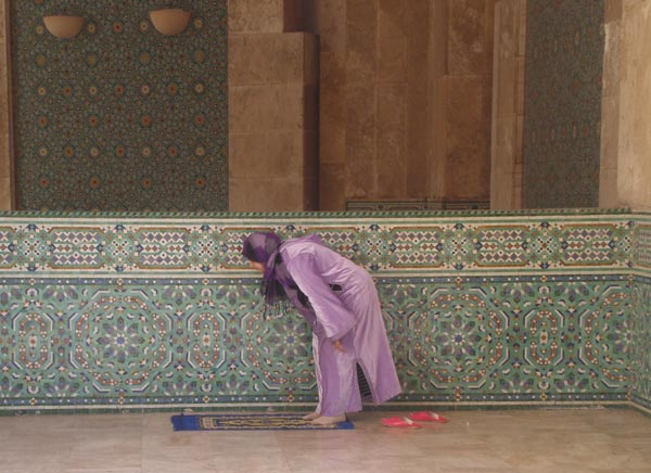 Maroko, Casablanca - Žena u molitvi u džamiji Hasana II.
