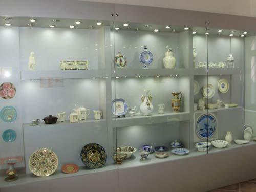 Gradski muzej Varaždin - Vitrina s keramičkim izlošcima. Snimio: Robert Tabula.
