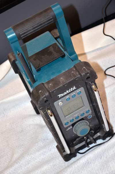 MGML - Postavljanje izložbe 'KOLO, 5200 let' - Prostorije izložbe - Pogled na proces postavljanja - Zanimljivi radio koji radnu atmosferu čini dodatno ugodnom. Foto: VJB.