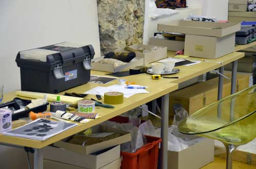 MGML - Postavljanje izložbe 'KOLO, 5200 let' - Prostorije izložbe - Pogled na stol s potrebnim radnim materijalom. Foto: VJB.