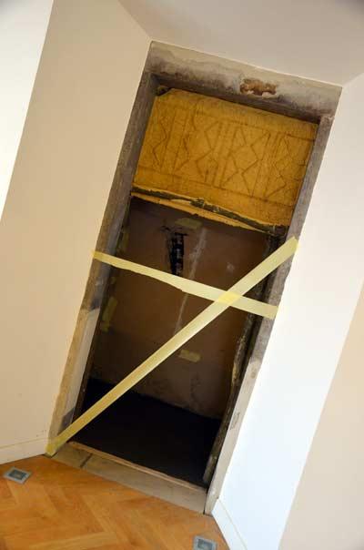 MGML - Postavljanje izložbe 'KOLO, 5200 let' - Prostorija postava za djecu - Izrada rekonstruirane kuće. Foto: VJB.