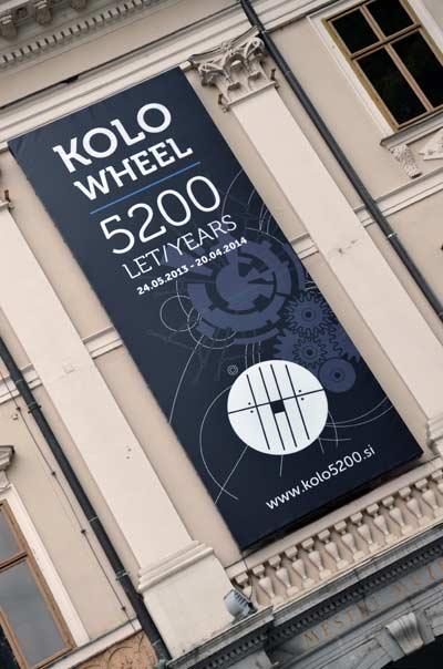 MGML - Postavljanje izložbe 'KOLO, 5200 let' - Plakat izložbe na pročelju zgrade Muzeja. Foto: VJB.