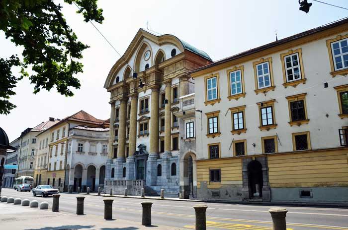 Putovanja – LJUBLJANA: Tak blizu. Tak drugače. (Drugi dio) [Ada Jukić]. Pogled na Slovensku ulicu - pročelje Uršulinske crkve. Foto: VJB.