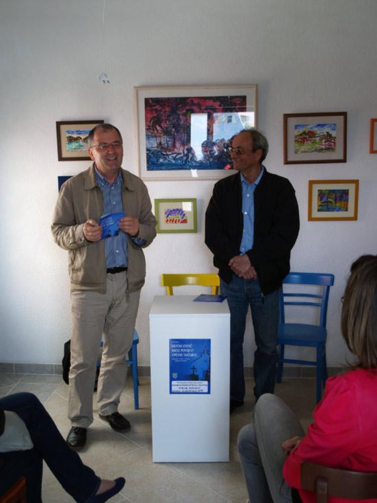 Nikša Vujnović (desno) autor vodiča i promotor akademik Radoslav Tomić (lijevo) na promociji vodiča u Sućurju.