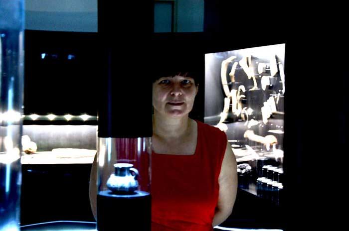 Irena Šinkovec uz postav izložbe 'Kolo: 5200 let': Foto: VJB.